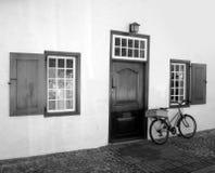 Altes Fahrrad u. altes Gebäude Stockfoto
