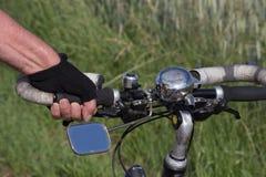 altes Fahrrad und Radfahrer lizenzfreie stockbilder