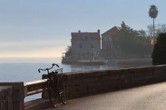 Altes Fahrrad vergaß auf der Ufergegend nahe dem Dorf Lizenzfreie Stockfotografie