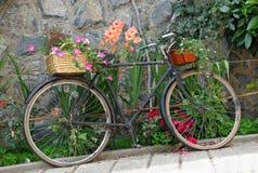 Altes Fahrrad verziert mit Blumen Lizenzfreies Stockfoto