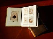 Altes Familienbuch mit Weinlesephotographie, Nostalgie von letzten Zeiten stockfotos