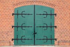 Altes Fassaden- und Metalltor stockbild