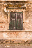 Altes Fenster auf alter Wand stockbilder
