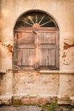 Altes Fenster auf alter Wand stockfotografie