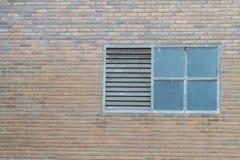 Altes Fenster auf Backsteinmauer Stockbilder