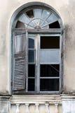 Altes Fenster auf einer alten Wand stockbilder