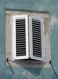 Altes Fenster auf grüner Wand Stockfotos