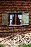 Altes Fenster auf hölzerner Wand des Protokollhauses Lizenzfreies Stockfoto