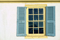 Altes Fenster auf historischem Haus Stockfotos