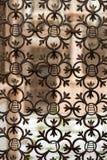 Altes Fenster bedeckt mit einem Metallgitter in Italien Stockfoto