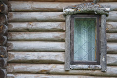 Altes Fenster in einem hölzernen Blockhaus Lizenzfreies Stockbild