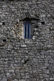 Altes Fenster in einem Steingebäude Lizenzfreie Stockbilder