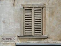Altes Fenster in einer Stadt nahe Mailand lizenzfreie stockfotos