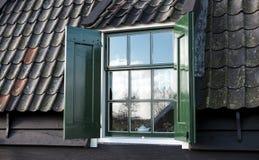 Altes Fenster Holländerhaus Dorfhaus mit Dachplatten und Fenster Lizenzfreie Stockfotografie