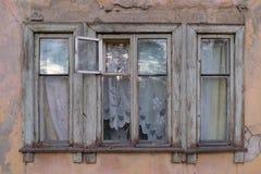 Altes Fenster im alten Haus Stockfotografie