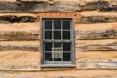 Altes Fenster im Blockhaus lizenzfreies stockbild