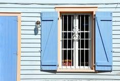 Altes Fenster mit Blendenverschlüssen Lizenzfreie Stockbilder