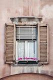 Altes Fenster mit Blumen, Abschluss oben Stockfotos