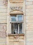 Altes Fenster mit der Architektur von Lemberg Stockbilder