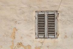 Altes Fenster mit einem Blendenverschluß Lizenzfreie Stockfotos