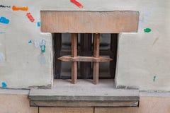 Altes Fenster mit einem Grill Stockfotos