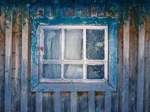 Altes Fenster mit gebrochener Farbe Stockfoto