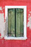 Altes Fenster mit geschlossenen Blendenverschlüssen Italien Venedig Lizenzfreie Stockbilder