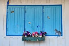 Altes Fenster mit hölzernen Blendenverschlüssen Lizenzfreies Stockfoto