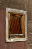 Altes Fenster mit Holzrahmen auf der Backsteinmauer Stockfoto