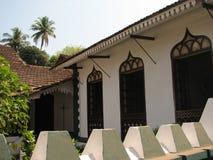 Altes Fenster mit Terrakotta deckte Dach mit Ziegeln Architekturdetails von Goa, Indien stockfotografie