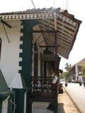 Altes Fenster mit Terrakotta deckte Dach mit Ziegeln Architekturdetails von Goa, Indien stockbilder