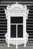 Altes Fenster und Blockhaus Stockfotografie