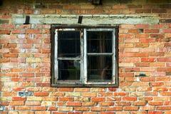 Altes Fenster und eine alte Wand des roten und gelben Ziegelsteines lizenzfreie stockfotografie