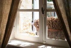 Altes Fenster und Lavendel Stockfotos