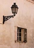 Altes Fenster und Straßenlaterne Lizenzfreie Stockfotos