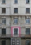 Altes Fenster unterschiedlich zu anderen Fenstern Lizenzfreies Stockfoto