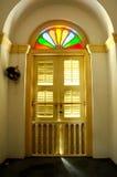 Altes Fenster von Sultan Abu Bakar State Mosque in Johor Bharu, Malaysia lizenzfreie stockbilder