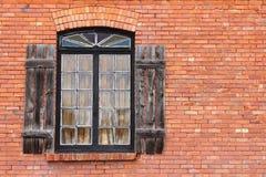 Altes Fensterläden geschlossenes Fenster auf Ziegelstein Lizenzfreie Stockbilder