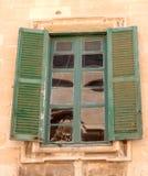 Altes Fensterläden geschlossenes Fenster eingelassenes Malta Lizenzfreies Stockfoto