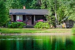 Altes finnisches Sommerhäuschen an einem See Lizenzfreie Stockfotos