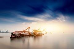 Altes fischendes hölzernes Boot des Fischers geparkt stockfotos