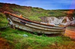 Altes Fischerboot auf dem Gras Lizenzfreie Stockfotos