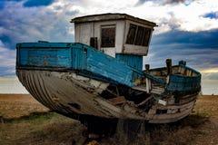 Altes Fischerboot auf dem Strand Lizenzfreie Stockfotos