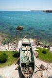 Altes Fischerboot auf dem Ufer des Schwarzen Meers Lizenzfreie Stockfotografie