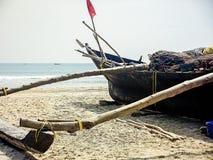 Altes Fischerboot im seichten Wasser Sch?ne K?ste mit traditionellem h?lzernem Fischerboot stockbild