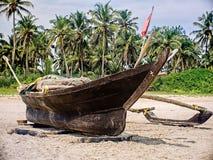 Altes Fischerboot im seichten Wasser Sch?ne K?ste mit traditionellem h?lzernem Fischerboot stockbilder