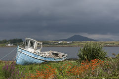 Altes Fischerboot in Irland Stockbilder