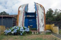 Altes Fischerboot ist in eine Toilette in Capelas Hafen auf Sao Miguel, Azoren umgewandelt worden lizenzfreies stockbild