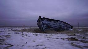 Altes Fischerboot am Ostseestrand stock video