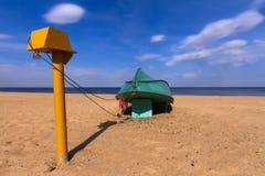 Altes fishermans Boot, das auf Sand liegt Lizenzfreie Stockbilder